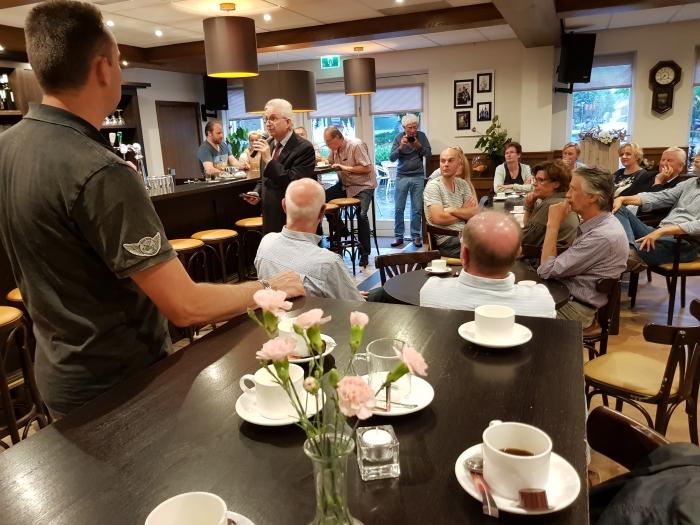 Burgemeester Willem Gradisen opent de avond van de toekomst in 't Moks café